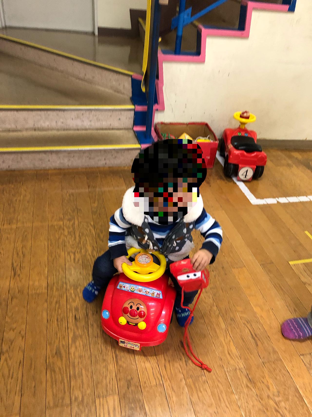 ゴーカートに乗ってる子供の写真