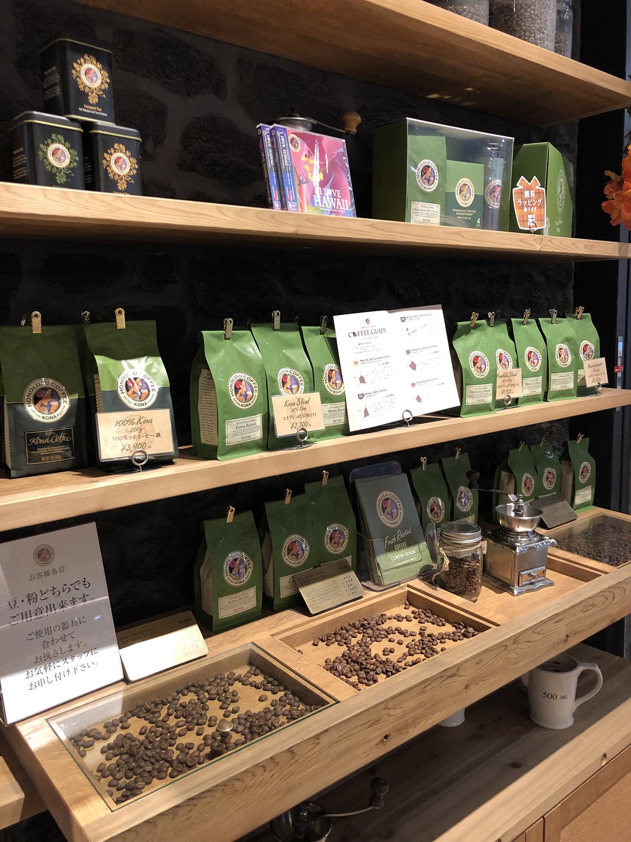 棚に陳列されたコーヒー豆の写真