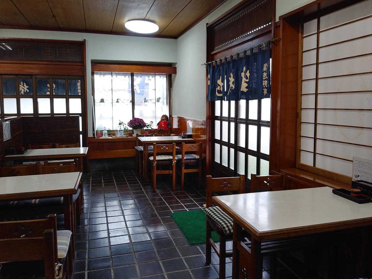 店内のテーブル席の写真