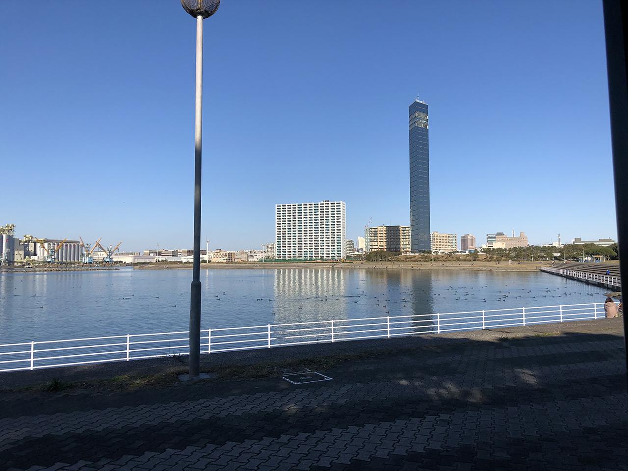 海から見える千葉ポートタワーの写真