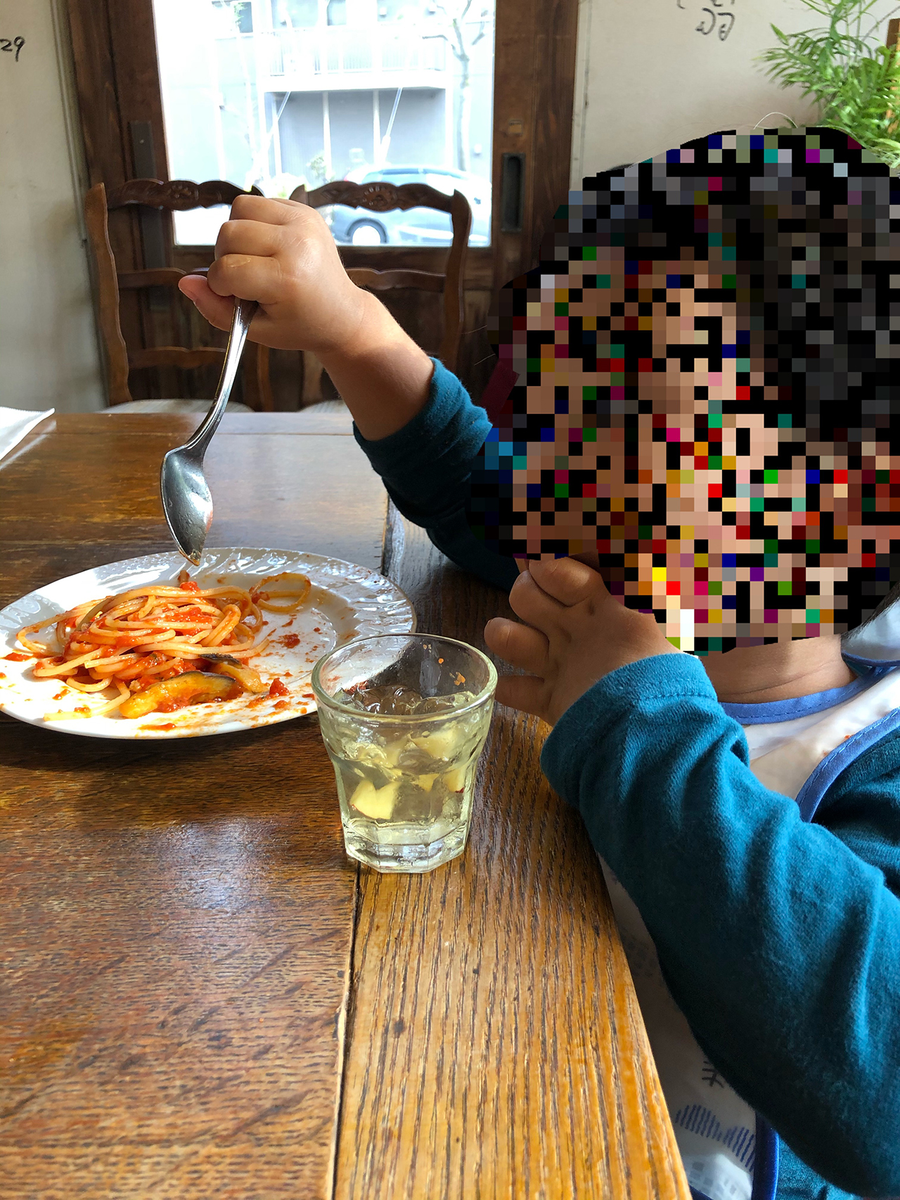 子供がパスタを食べている写真