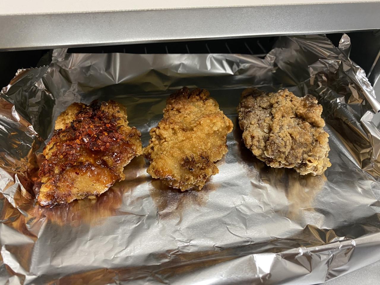オーブントースターで唐揚げを温めている写真
