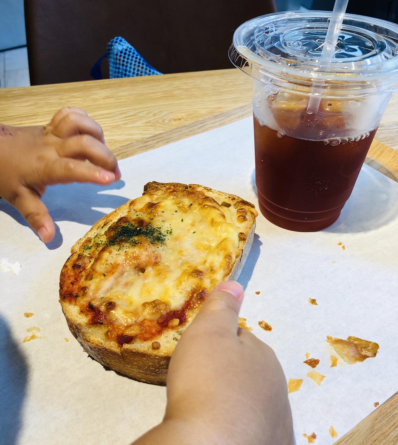 トマトチーズパンのアップ写真