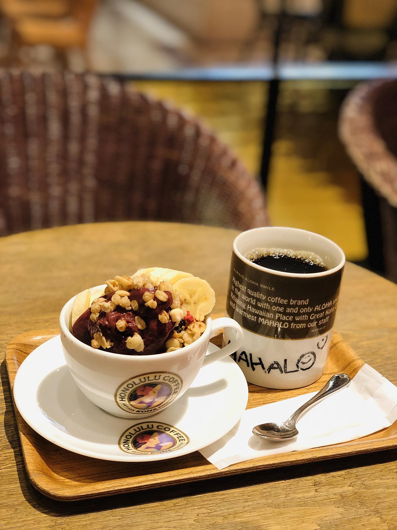 アサイーボウルとコナコーヒーの写真