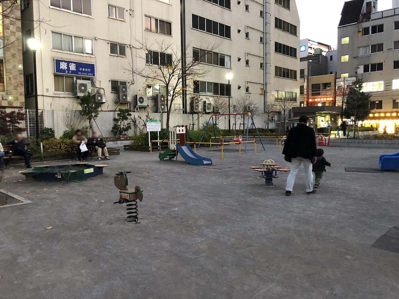 公園の広場の写真