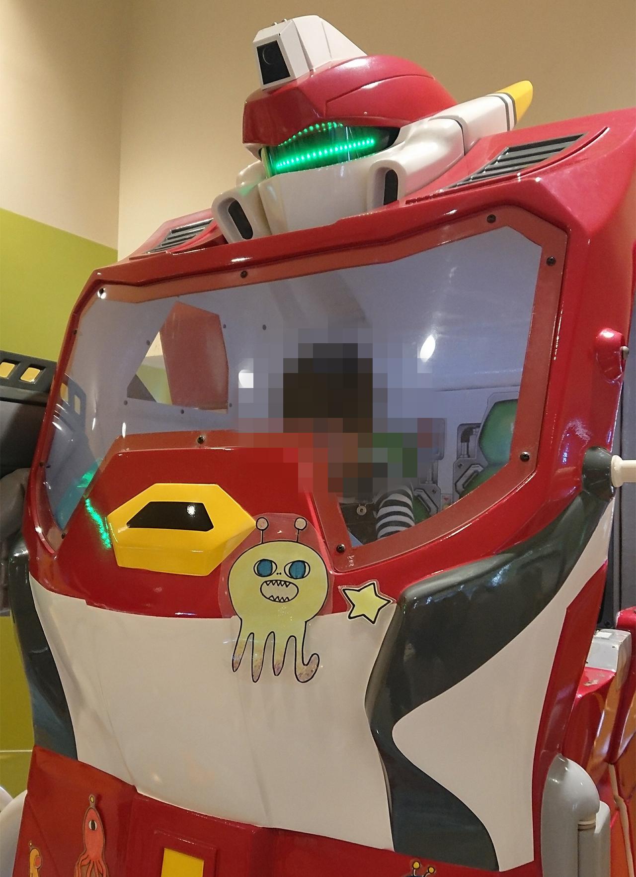 巨大ロボットを操縦する子供の写真