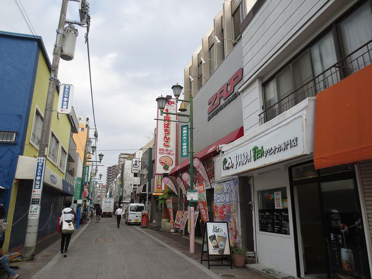 道路向かい側に建つ別のタピオカ専門店の写真