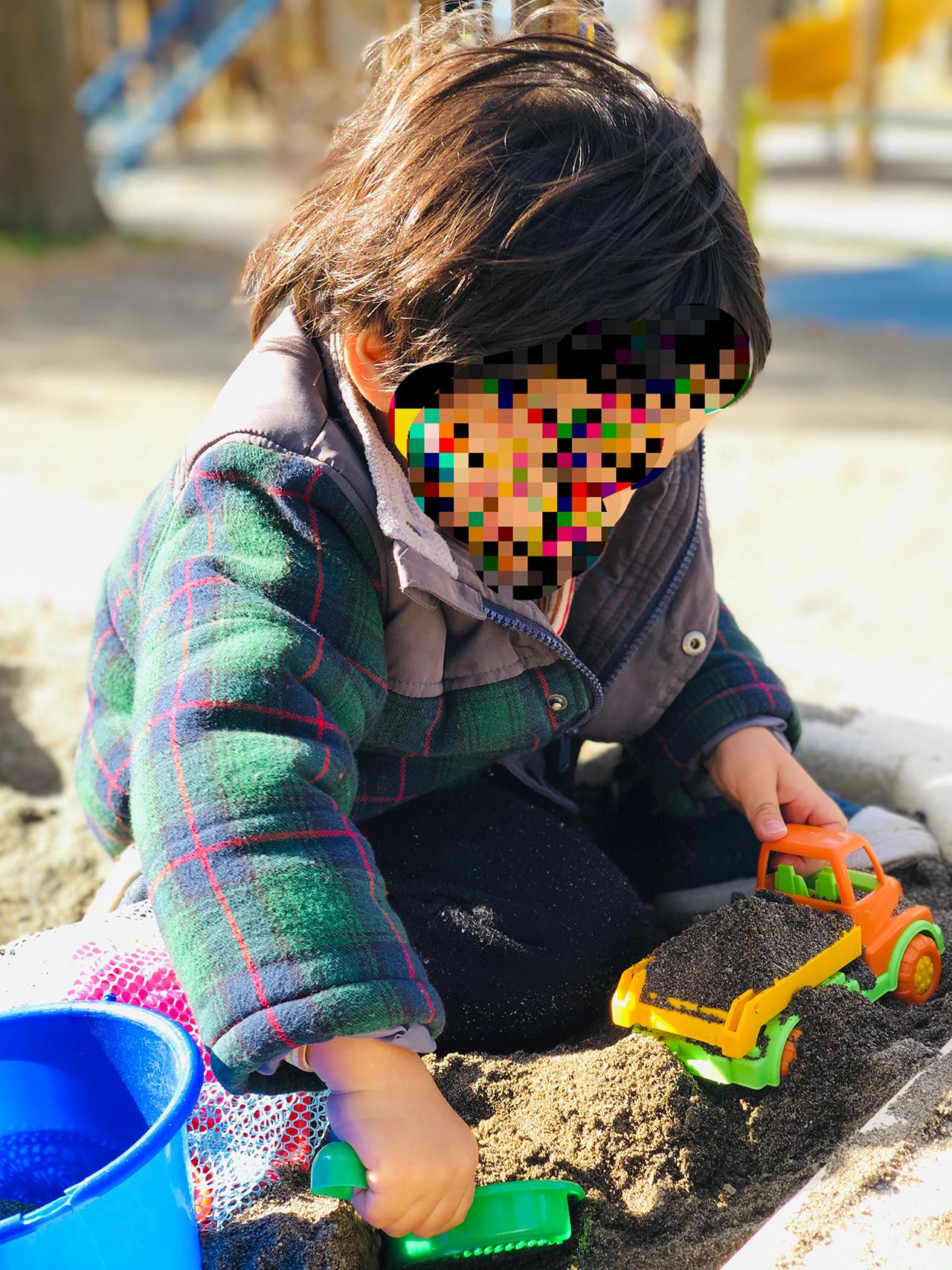 砂場で遊ぶ写真
