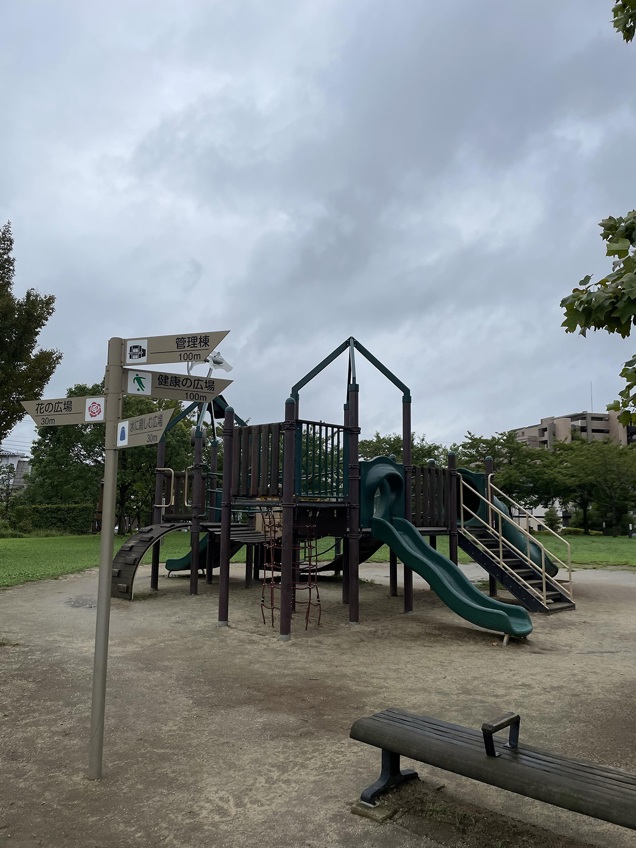公園内の遊具の写真