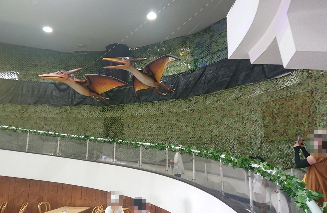 恐竜パーク内のプテラノドンの写真