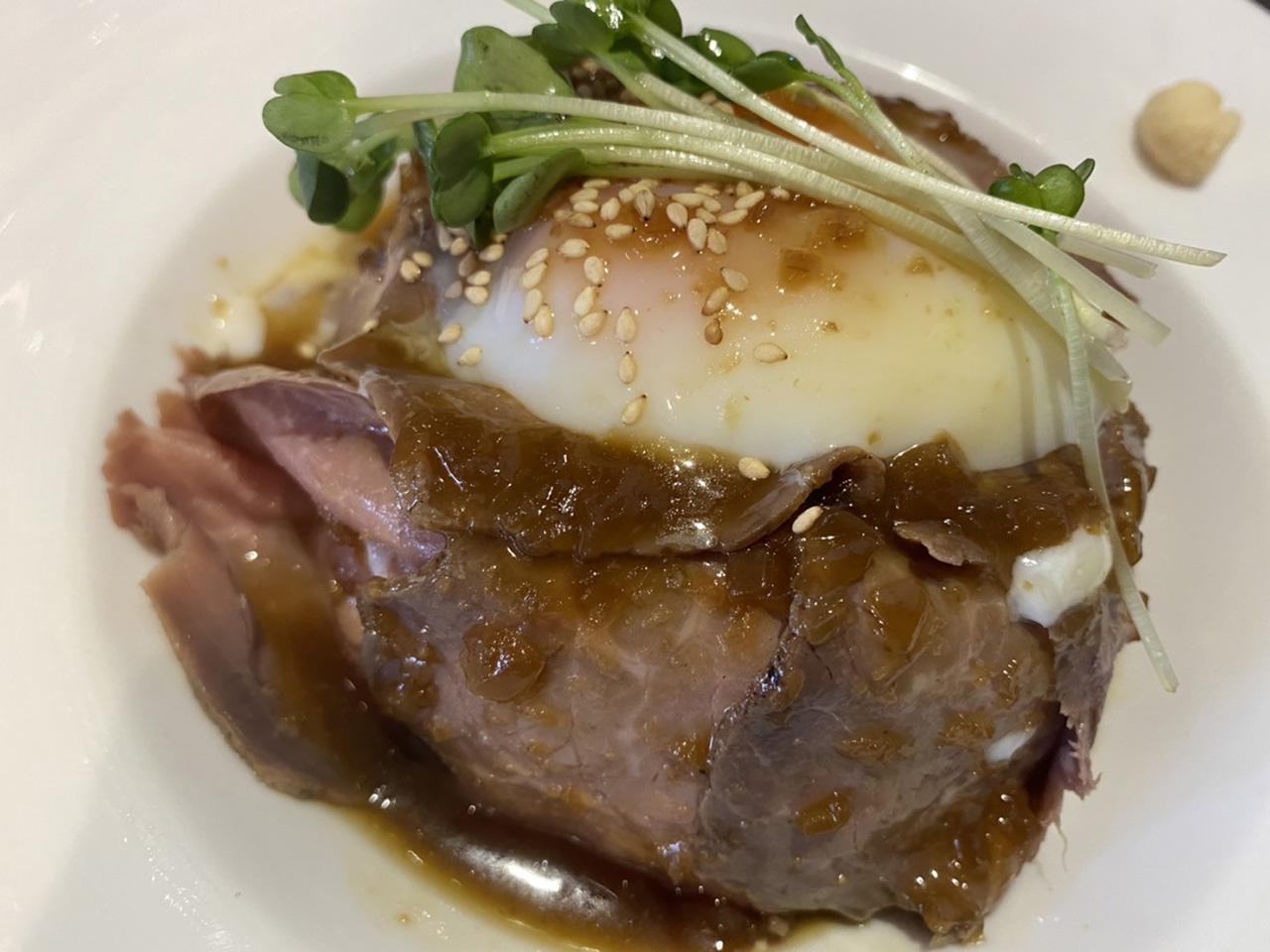 ローストビーフ丼のアップ写真