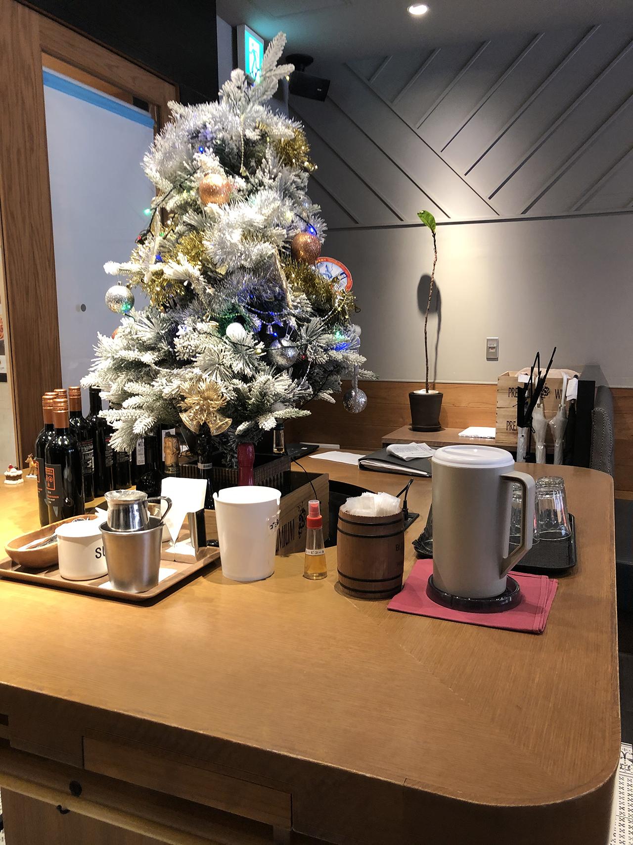 店舗入口のクリスマスツリーの写真