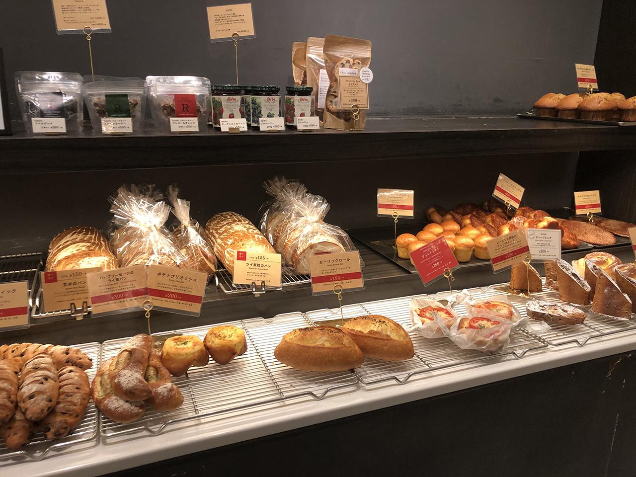 陳列棚に並ぶパンの写真2
