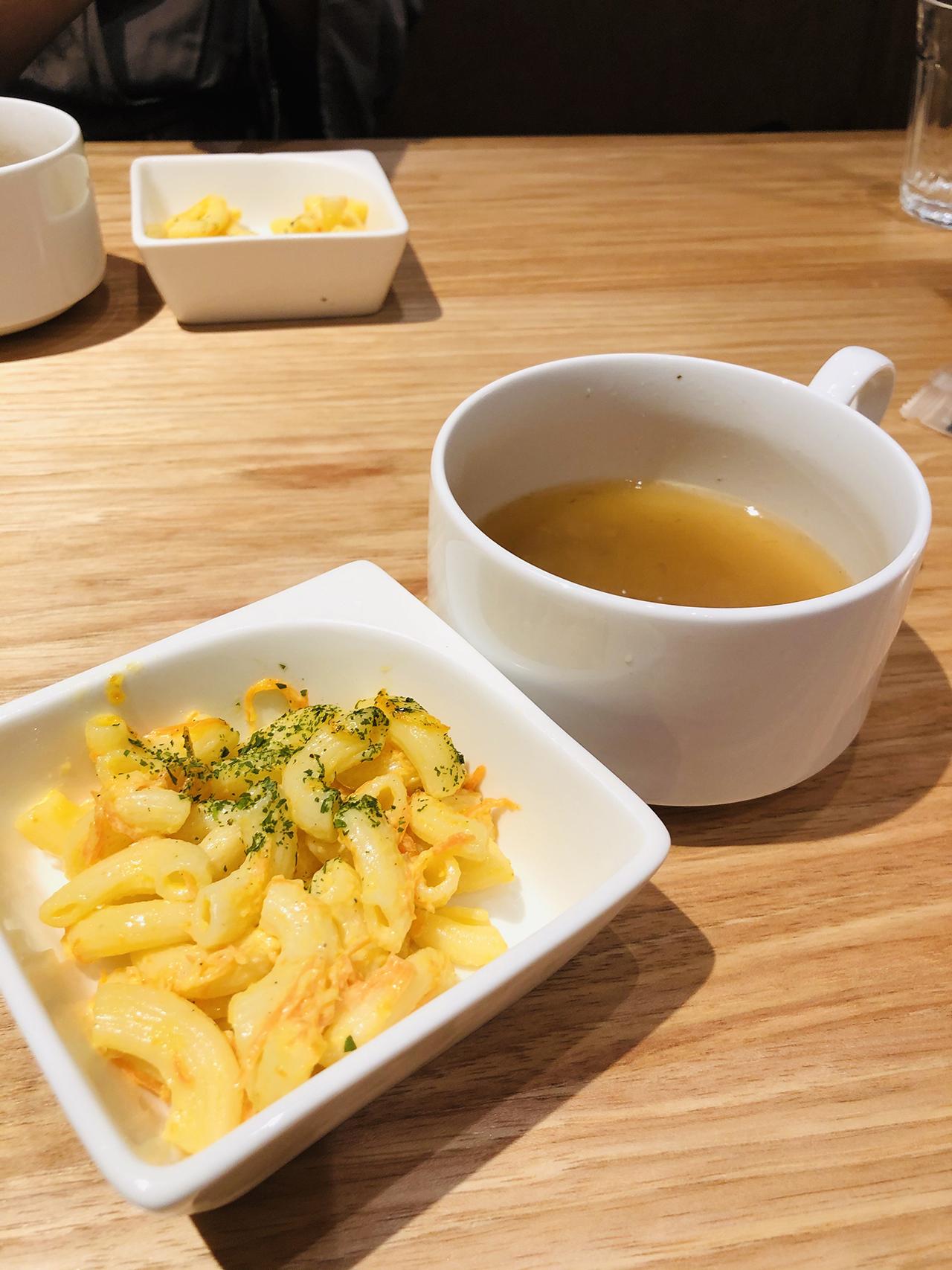 マカロニサラダとスープの写真