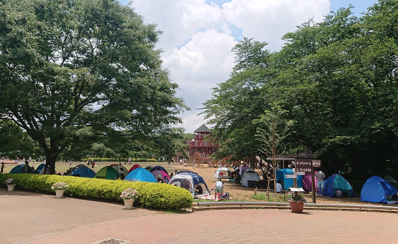 広場に並ぶテントの写真