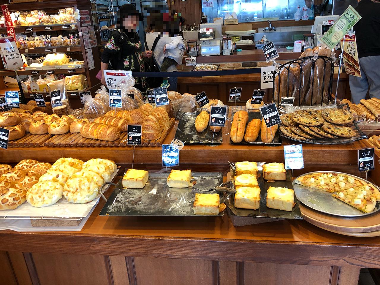 店内に並んだパンの写真