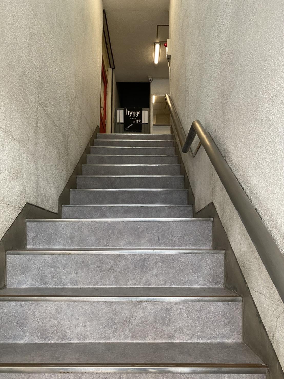 階段の先に出ている看板の写真