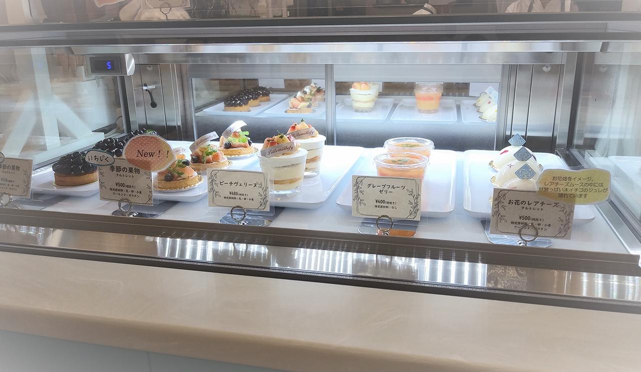 ケーキが並んだショーケースの写真