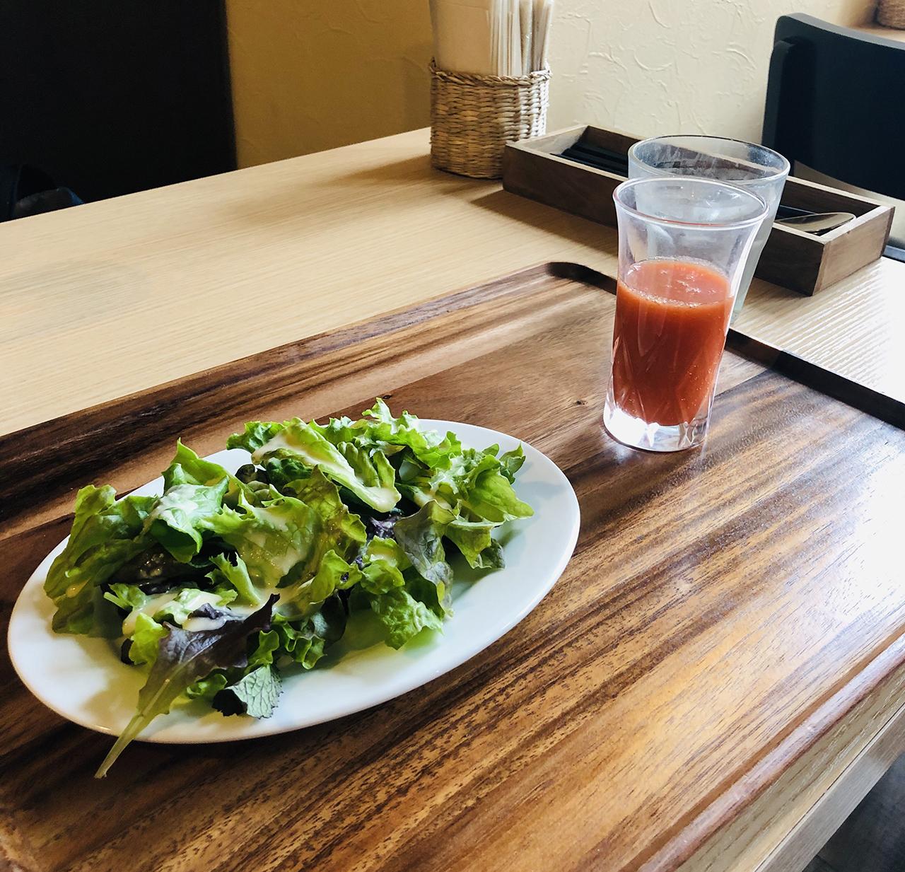 ランチセットのサラダと自家製ジュース