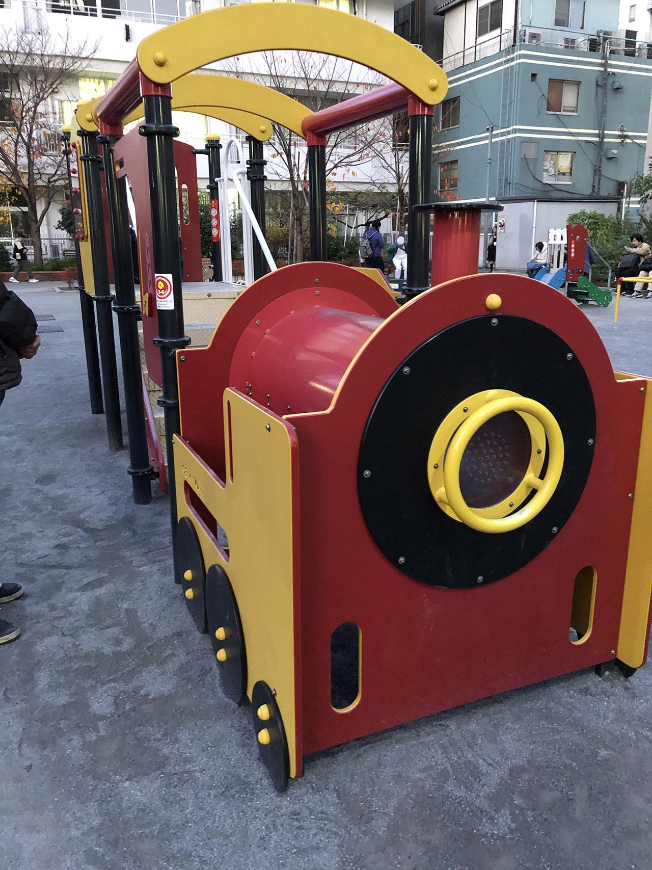 機関車型のモチーフ遊具の写真