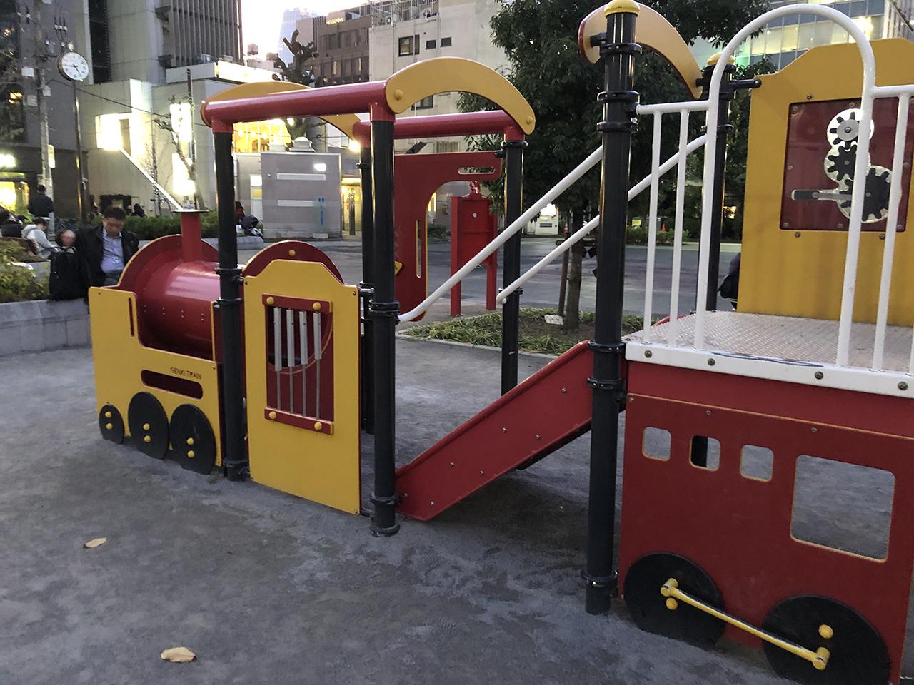 機関車型のモチーフ遊具の写真2