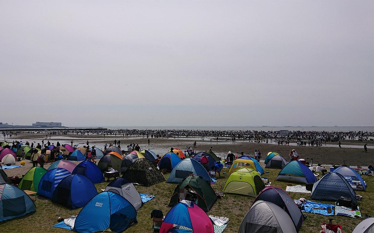 潮干狩り場の入口に広がるテントの写真2