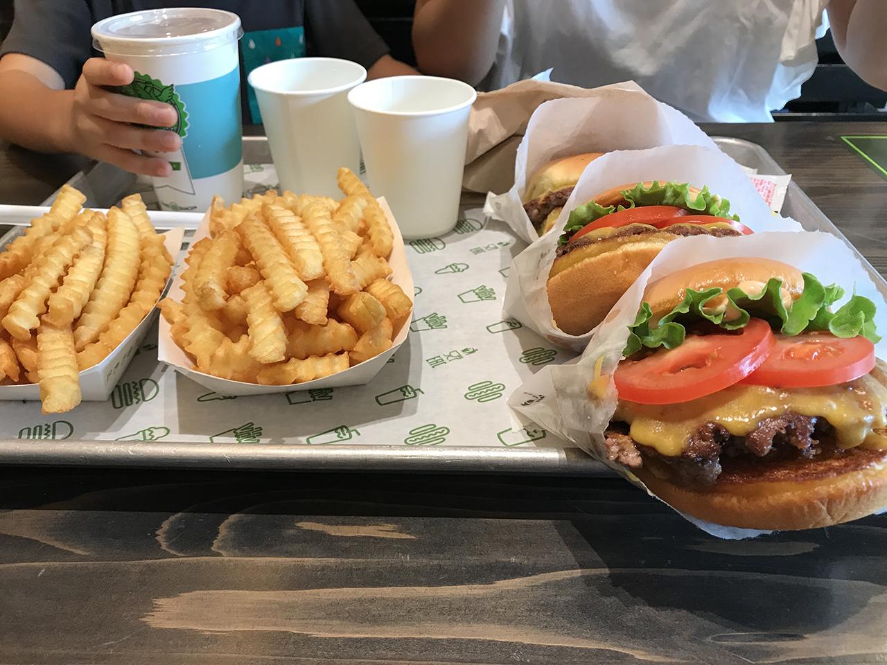 注文したチーズバーガーとポテトの写真