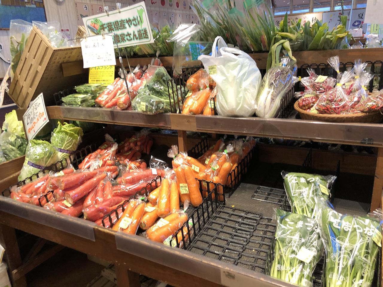 陳列棚の野菜の写真