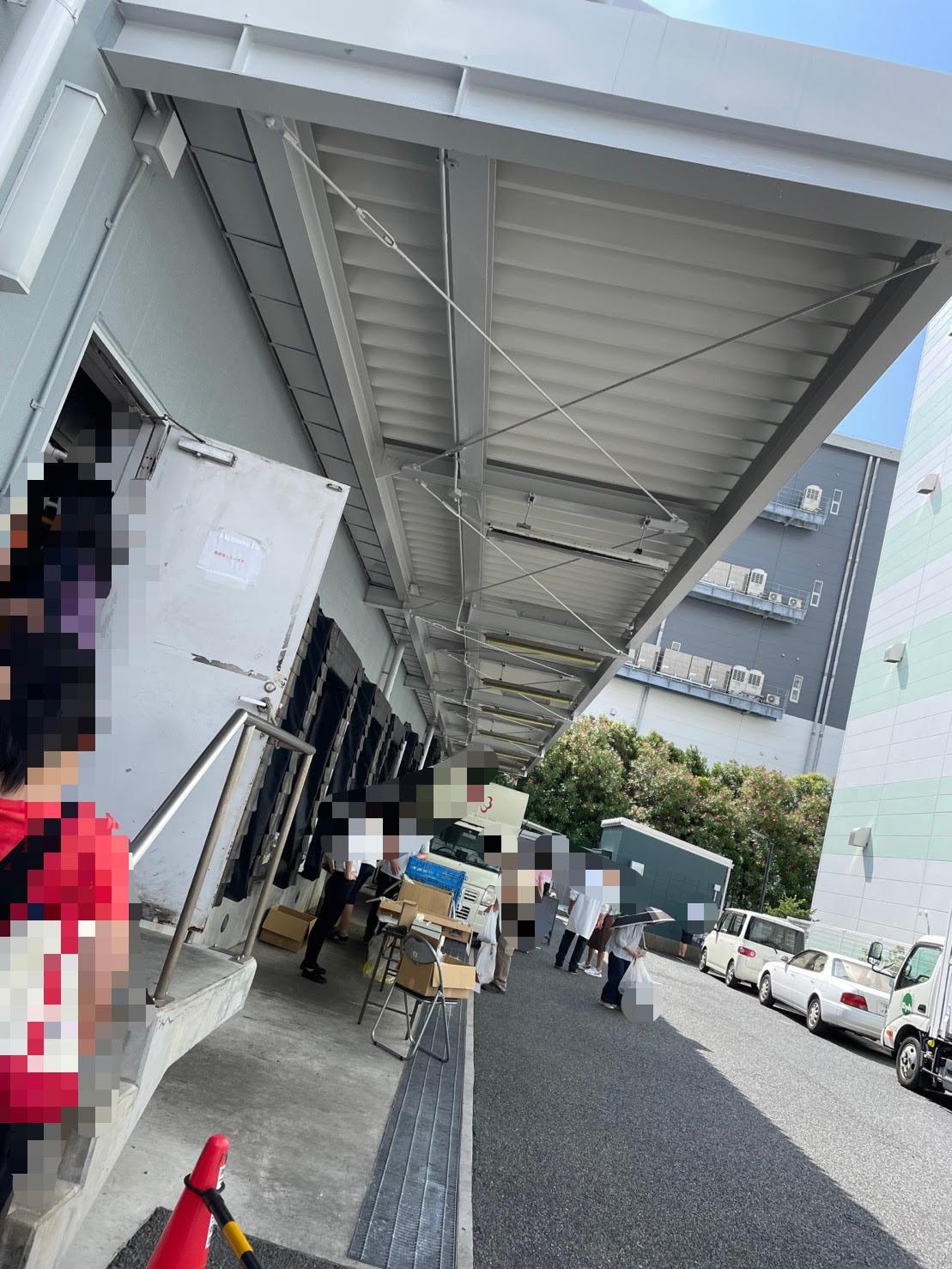 店舗前の行列の写真