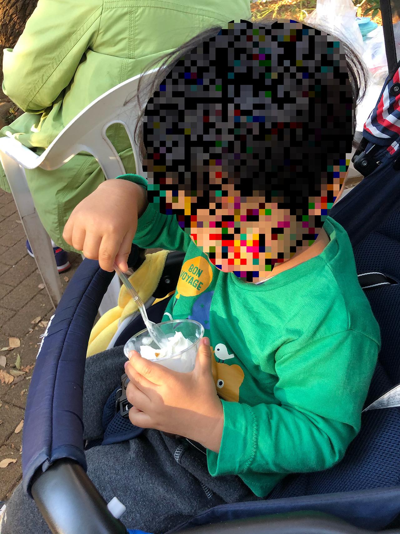 牛乳アイスクリームを食べる子供の写真