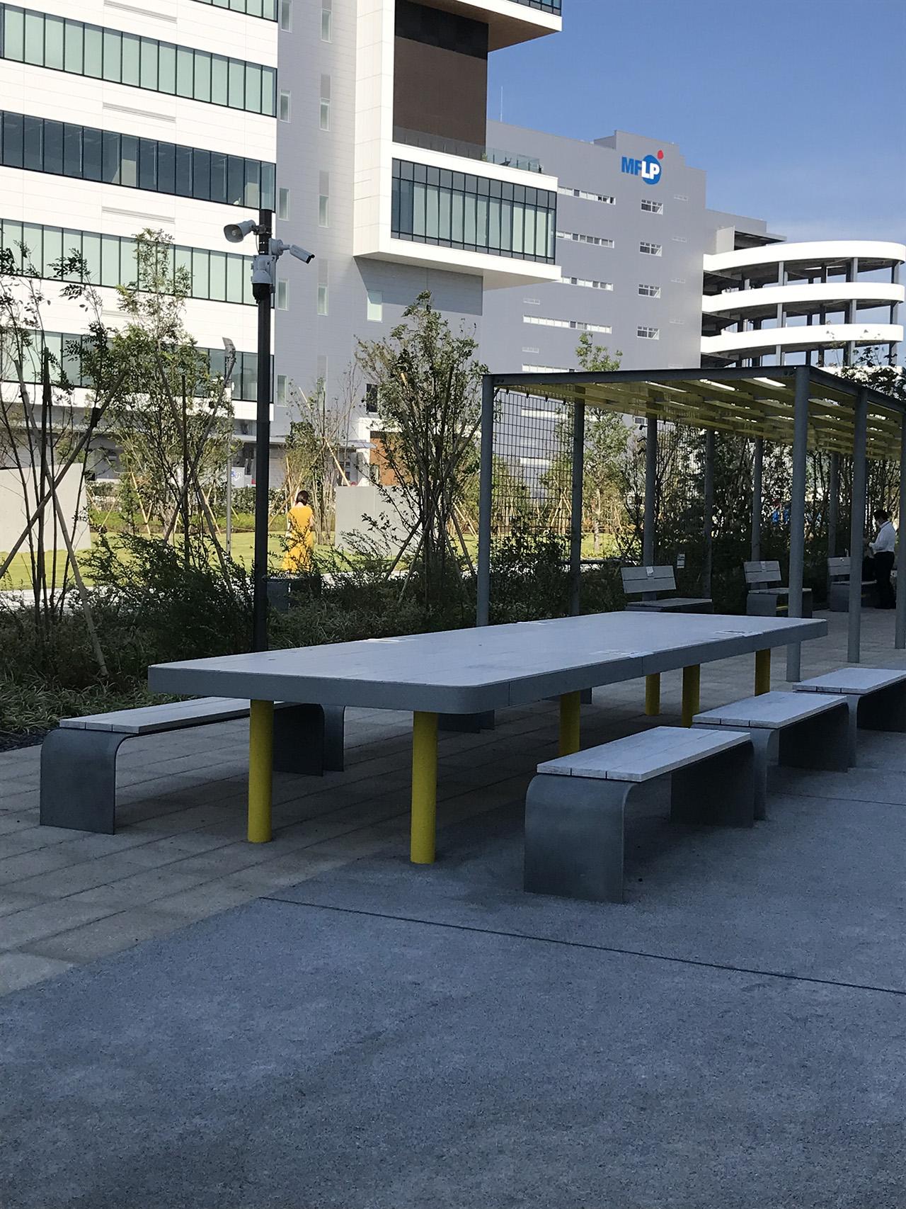 テーブルやベンチがある休憩スペースの写真