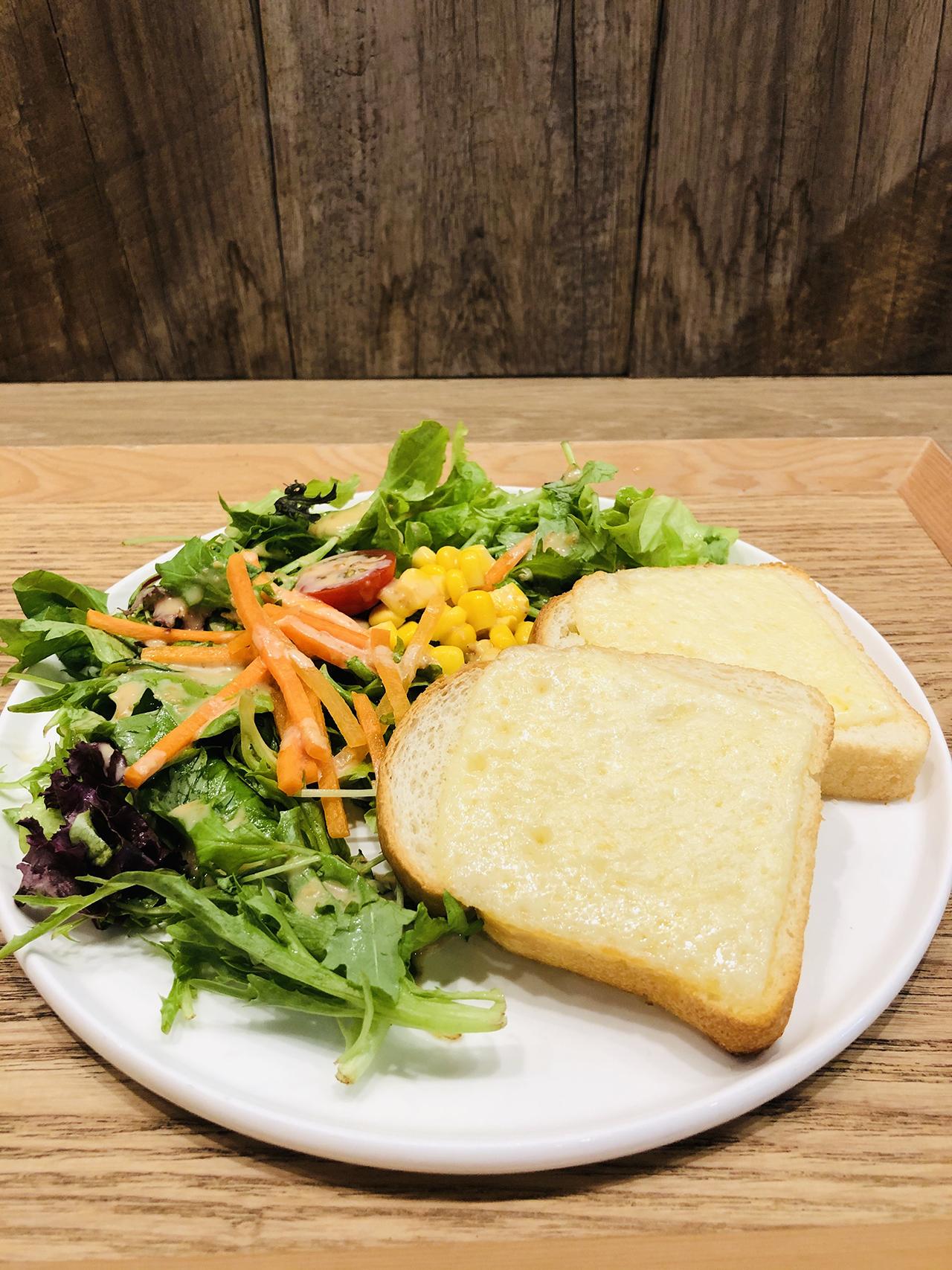 サラダとトーストの写真