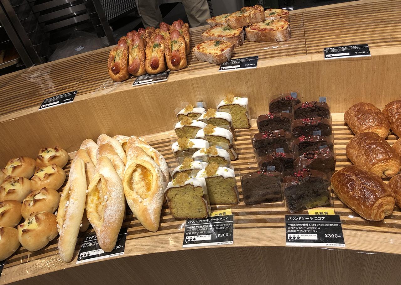 店内陳列棚のパンの写真