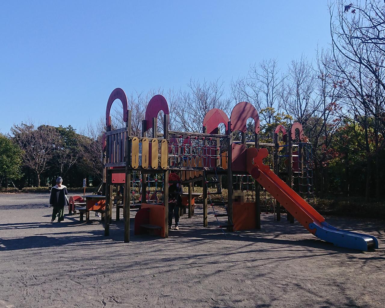 児童コーナーの複合遊具の写真