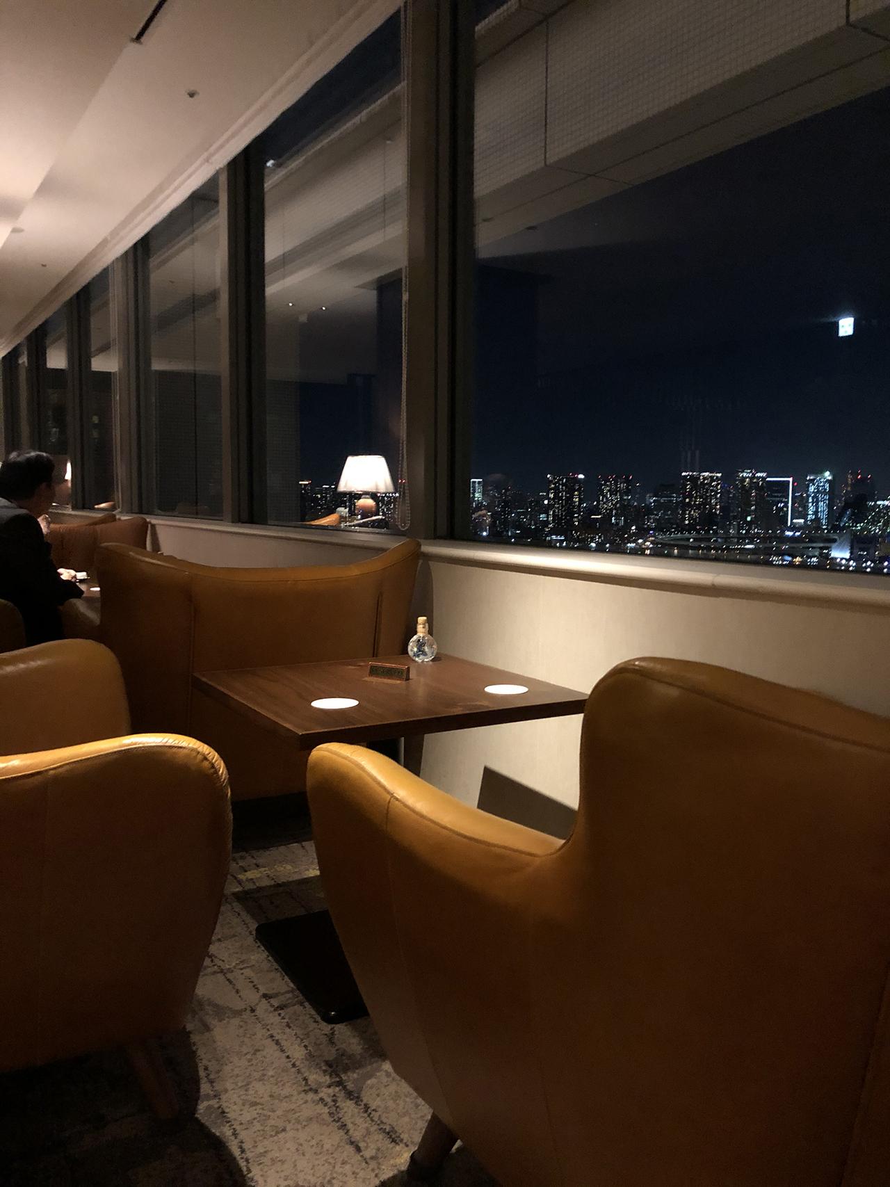 夜景が見えるソファ席の写真