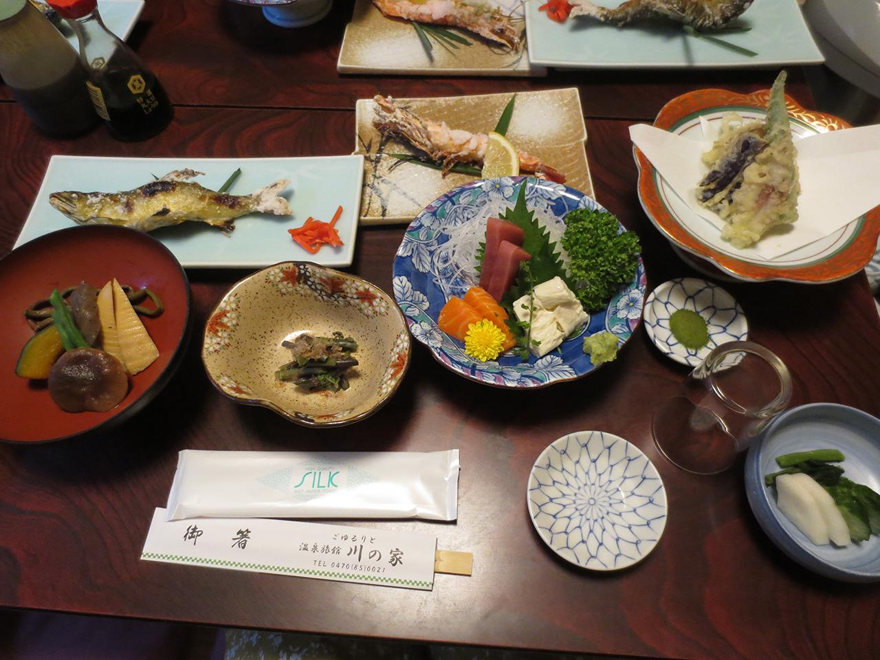 鮎の塩焼きがメインの夕食の写真