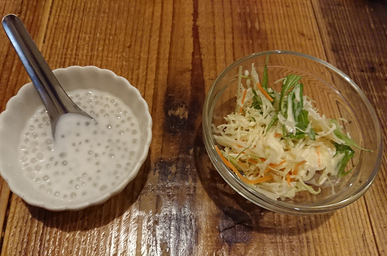 サラダとココナッツタピオカのアップ写真