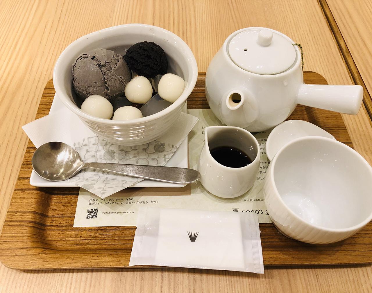 黒胡麻クリームあんみつと宇治煎茶の写真