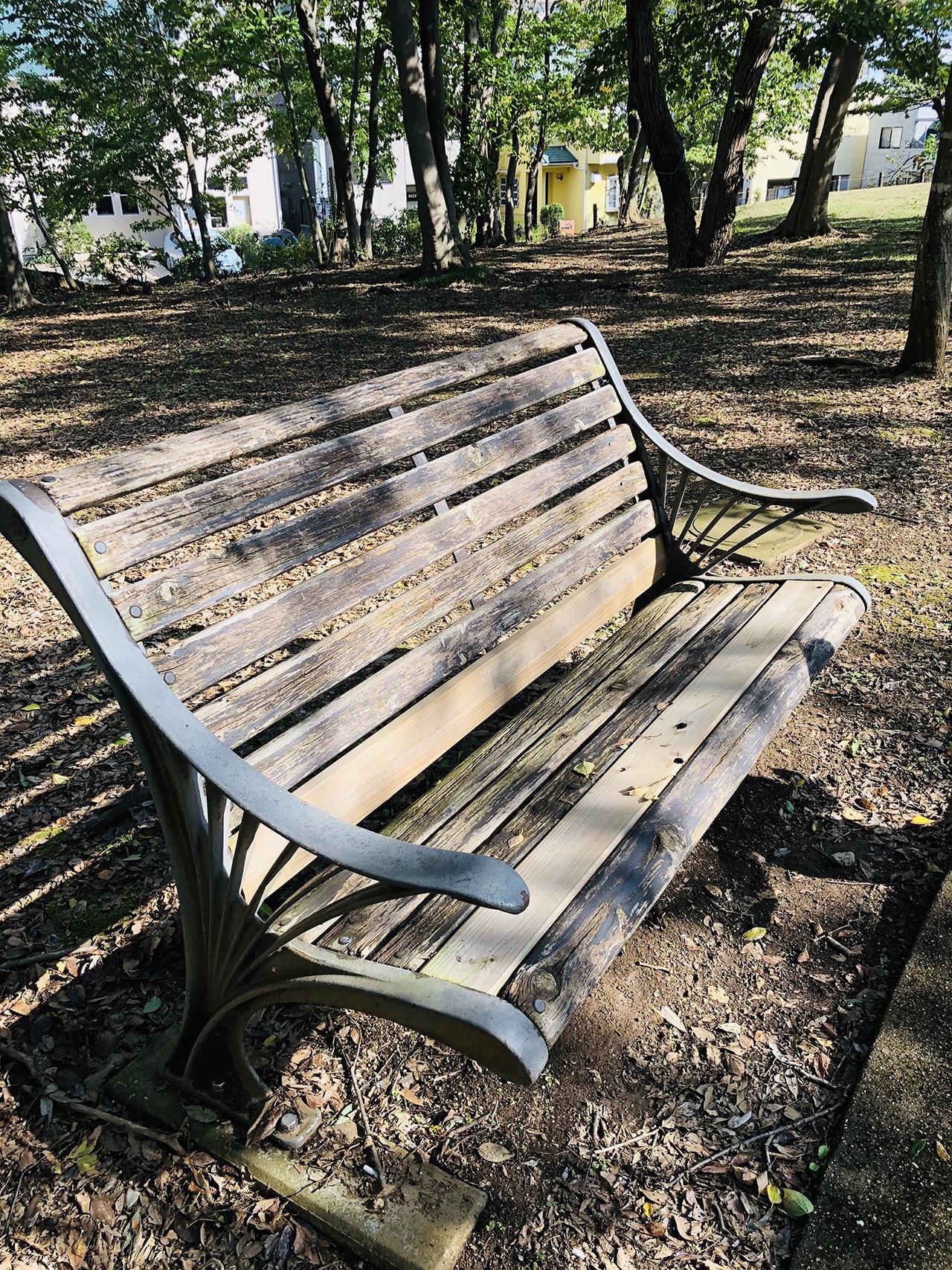 木製のベンチの写真