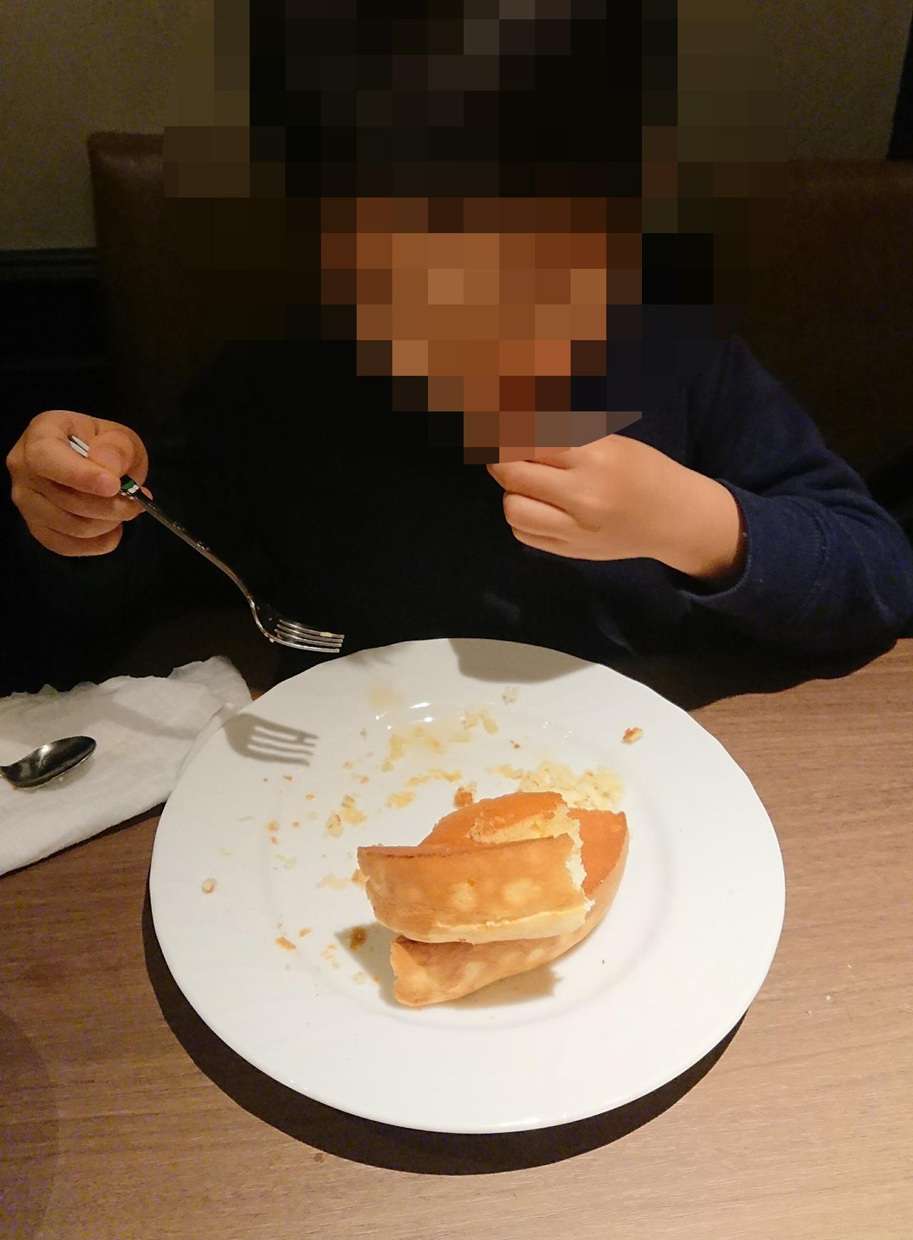 スフレパンケーキを食べている写真