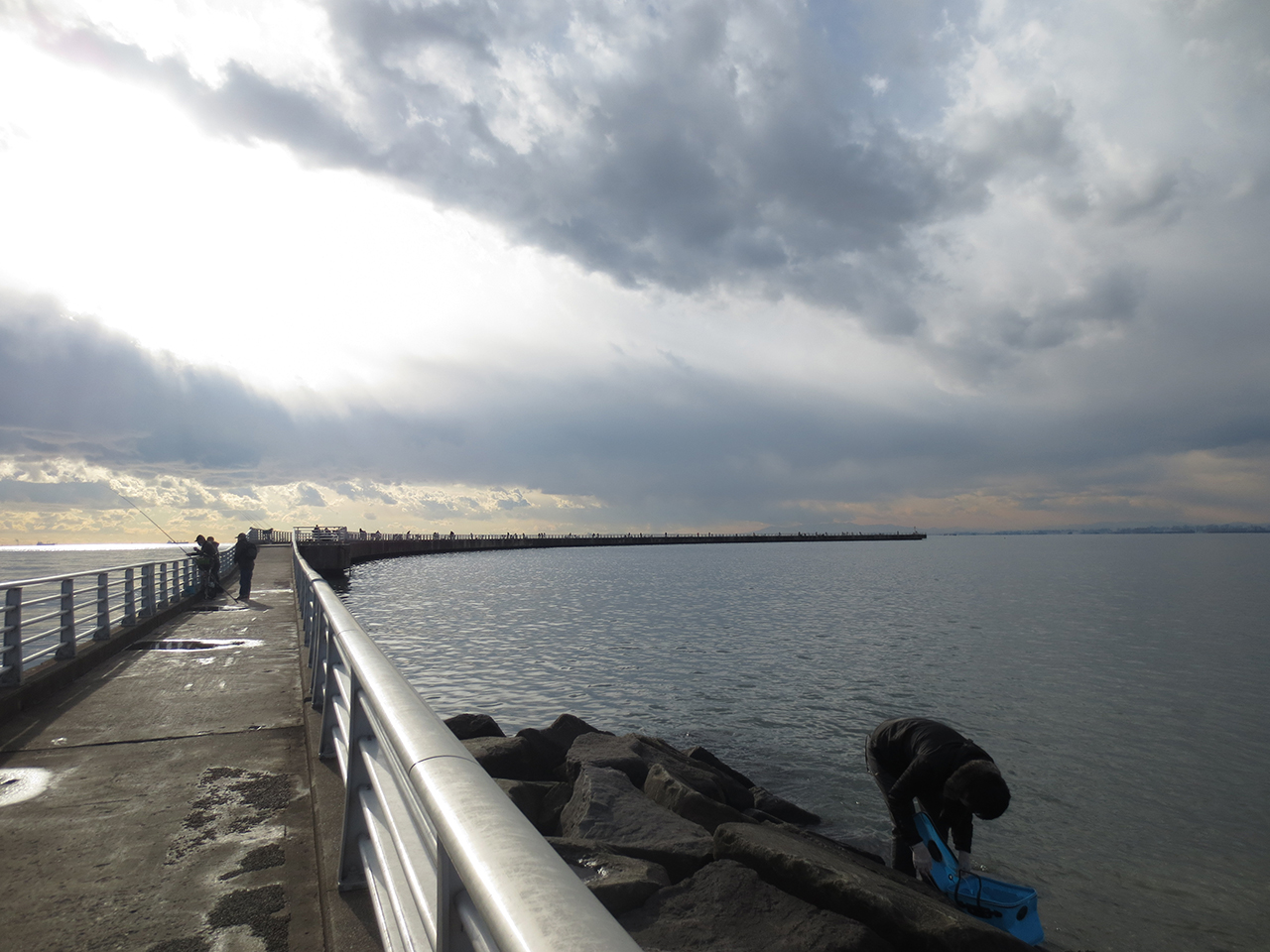 釣りを楽しむ人たちの写真