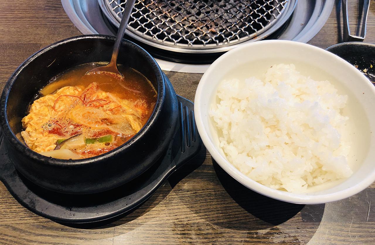 カルビスープとご飯の写真
