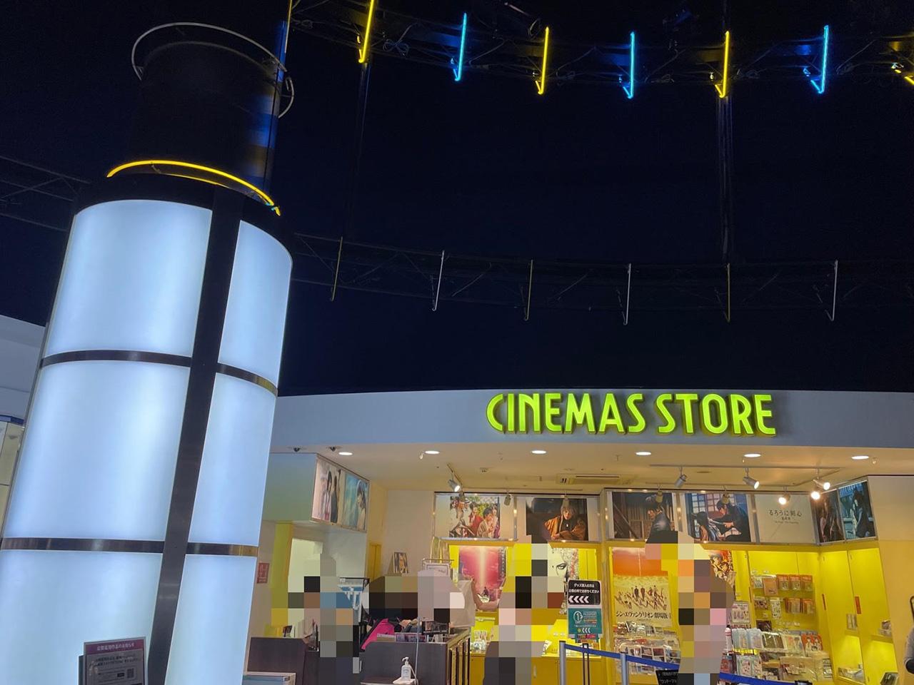 映画グッズを販売している売店の写真