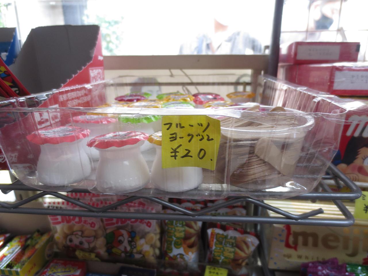 店内に陳列された駄菓子の写真