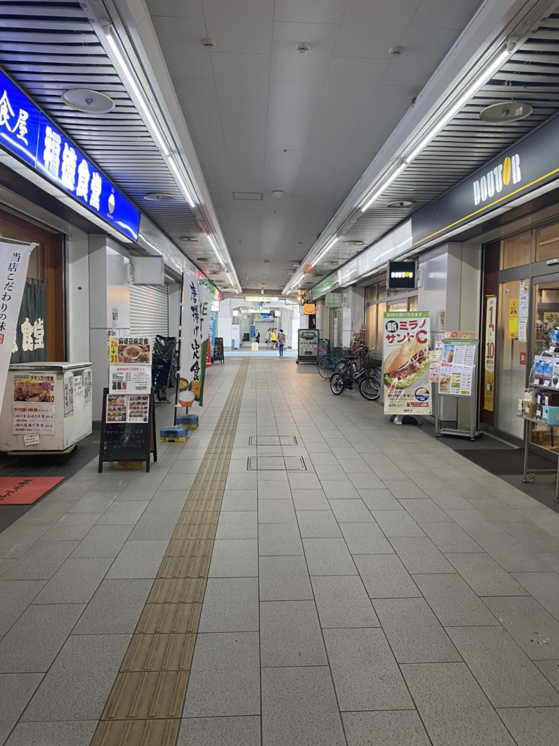 原木中山駅の改札をでたところの写真