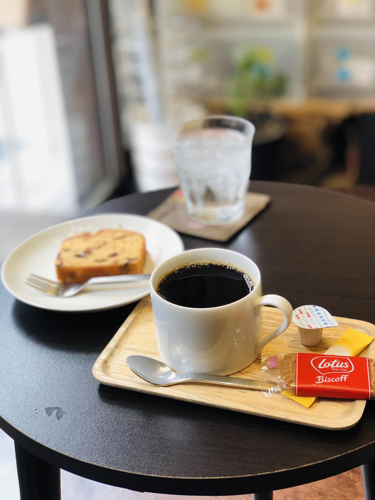 コーヒーとパウンドケーキセットの写真