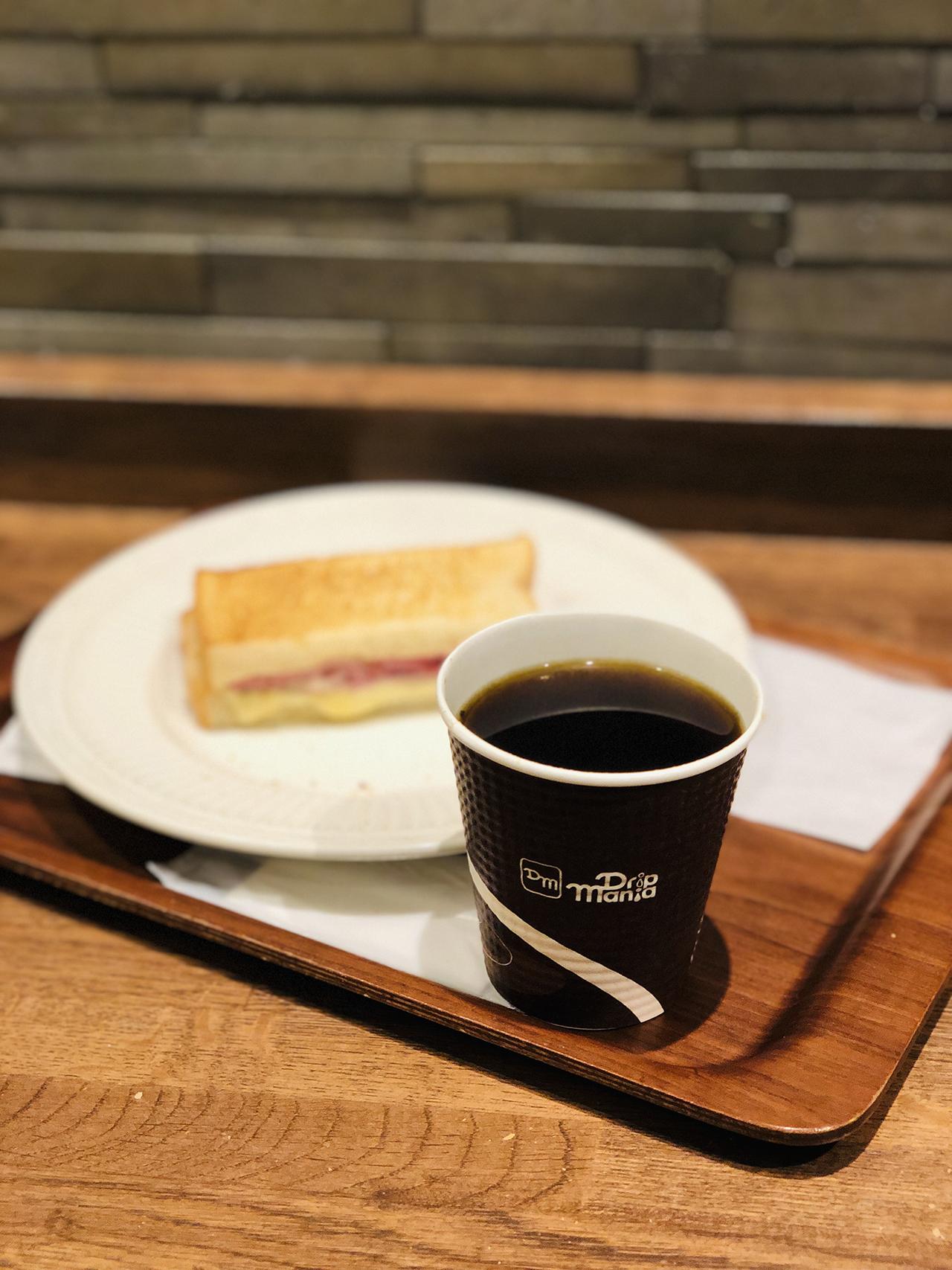 ホットサンドとコーヒーの写真