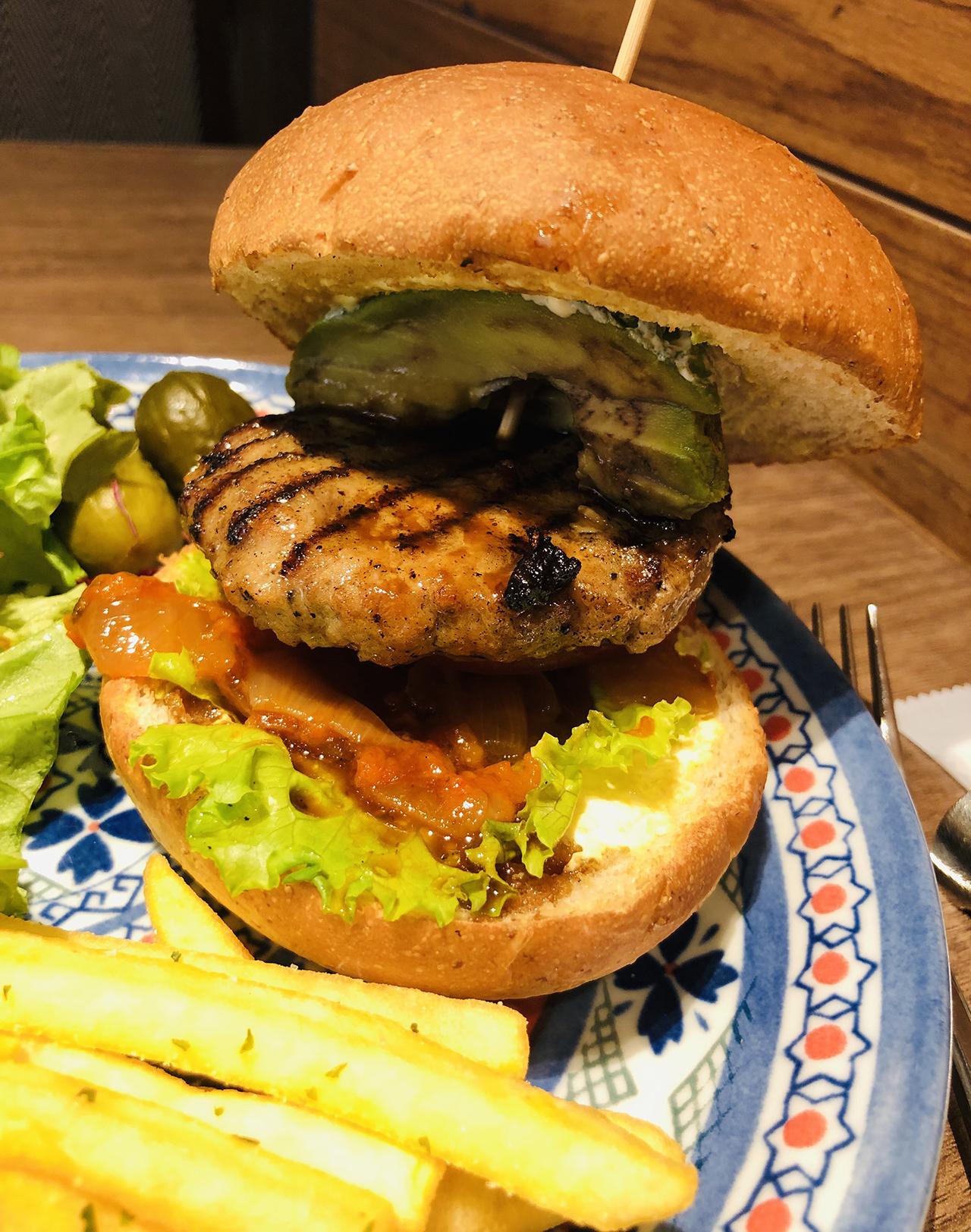 アボカドハンバーガーのアップ写真