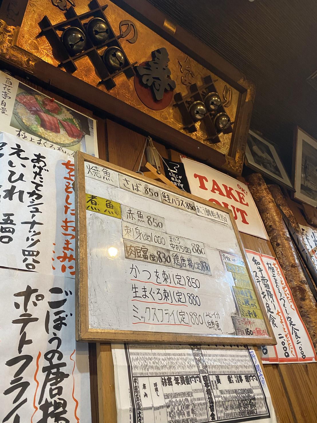店内の壁に貼られたメニューの写真