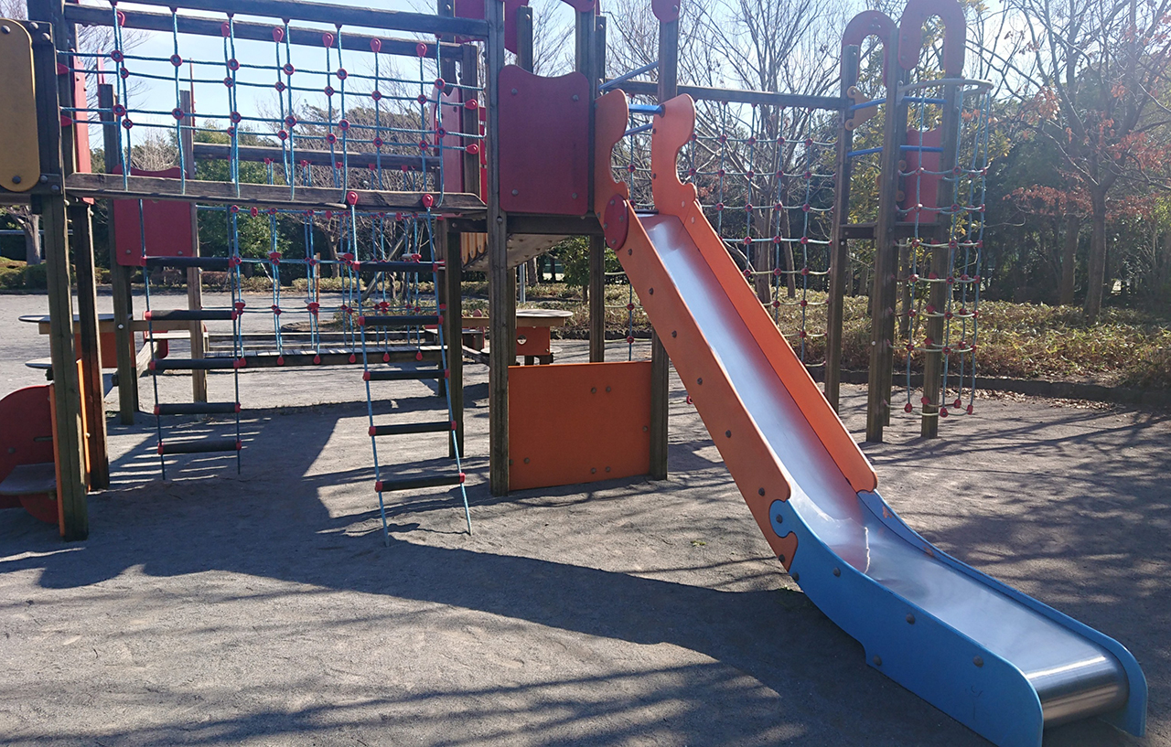 児童コーナーの複合遊具の滑り台の写真